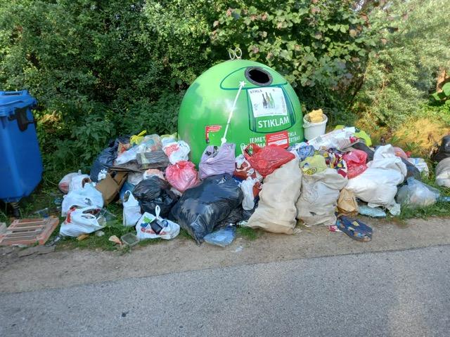 atkritumu konteineri medmeciemā